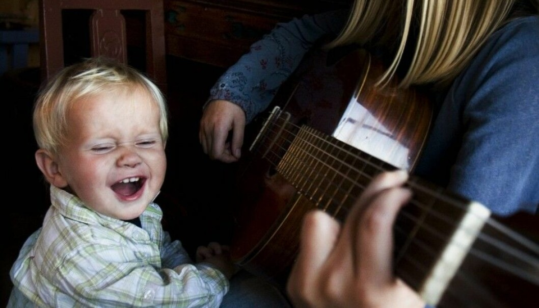 Can the way you sing help explain why your three-year-old doesn't sing along like the boy in the picture? Music therapy researcher Liselotte Ågedal says yes. (Photo: Dag Jenssen / Samfoto / NTB scanpix)
