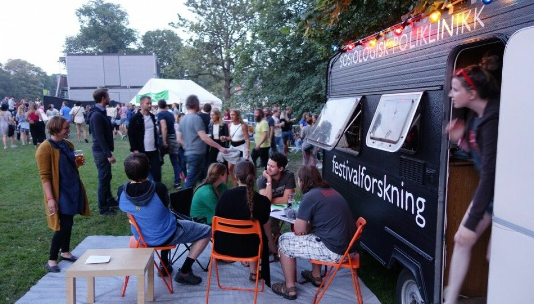 Alcohol and being together just to hang out are part of what creates the good atmosphere at festivals, according to Norwegian researchers. This photo shows their research camp at the Pstereo Festival in Trondheim. (Photo: Aksel Tjora)