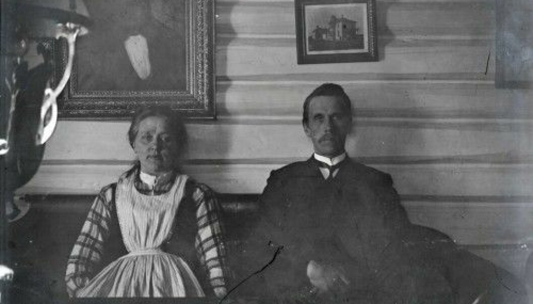 The two people on the photograph are probably Herbjørn Østensen Svalestuen and his wife Torbjørg O. Svalestuen, photographed in their house around the year1907. (Photo: Ole O. Bakke/Norsk Industriarbeidermuseum)