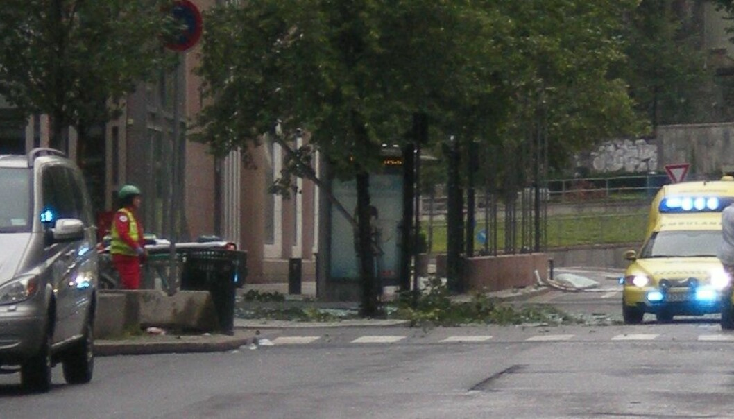 Civilian and miltary personnel near Oslo's government buildings after the bomb blast 22 July 2011 (Photo: Wikimedia Commons)
