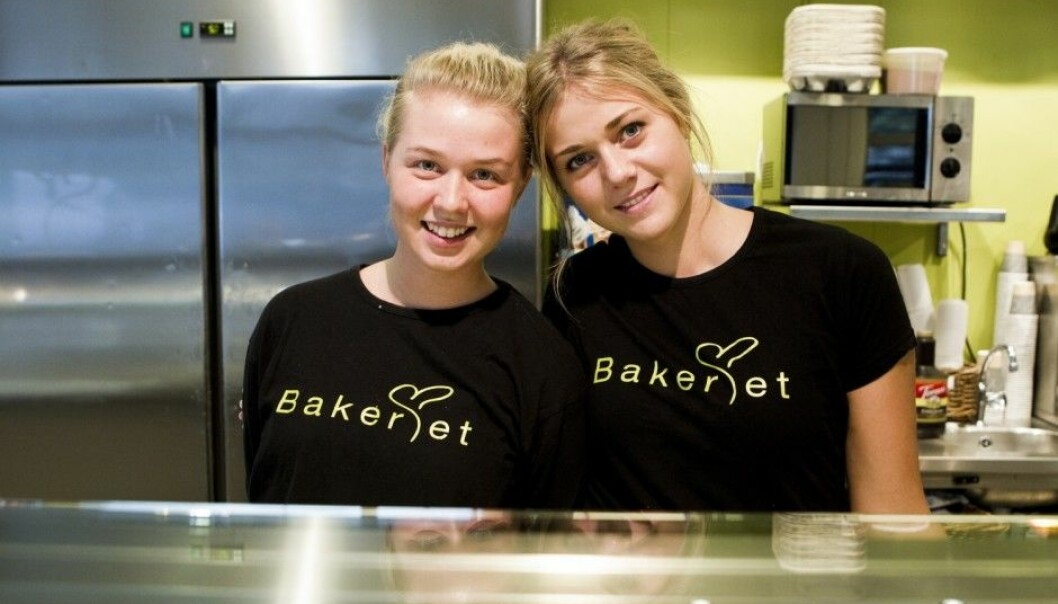 Sonja Ranta and Louice Fogel from Sweden found jobs at a bakery in Oslo. A University of Oslo professor thinks more Norwegian young people should be urged to work. (Photo: Berit Roald / NTB Scanpix)