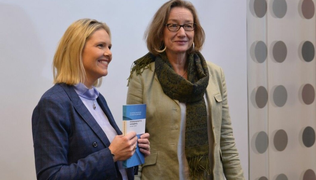 Sylvi Listhaug, the Norwegian Minister of Immigration and Integration, was given a comprehensive evaluation of programme used to welcome refugees and immigrants to Norway on 1 November. Fafo research director Anne Britt Djuve delivered the report. (Photo: Ida Kvittingen)