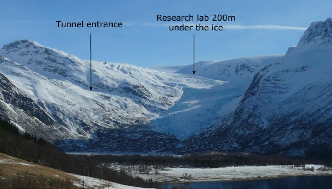 The arrows show the location of the Svartisen subglacial laboratory. (Photo: Hallgeir Elvehøy / NVE)