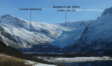 The arrows show the location of the Svartisen subglacial laboratory. (Photo: Hallgeir Elvehøy / NVE)