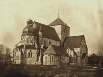 The oldest known photograph of Nidaros Cathedral, taken by an unknown photographer around 1857, before the last big restoration began. The Octagon, at far left, has a Baroque cupola that was built after the 1719 fire. (Photo: NDR)