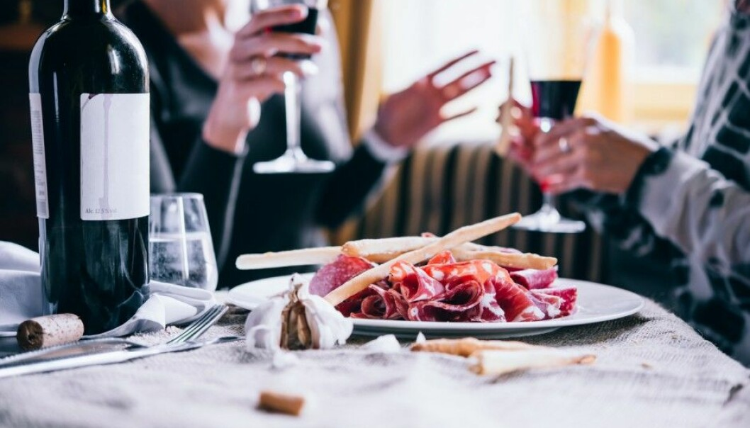 Do people in upper social classes drink more often with meals? This may be a healthier than drinking on an empty stomach. (Photo: Shutterstock/NTB scanpix)