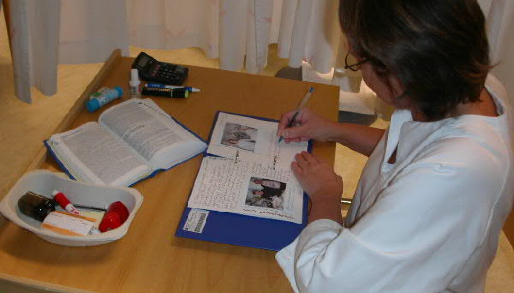A nurse writing a diary for a patient in an intensive care ward.  She describes what has happened in recent days and includes photos. This can be a useful aid for the patient later on. (Photo: Sissel Lisa Storli)