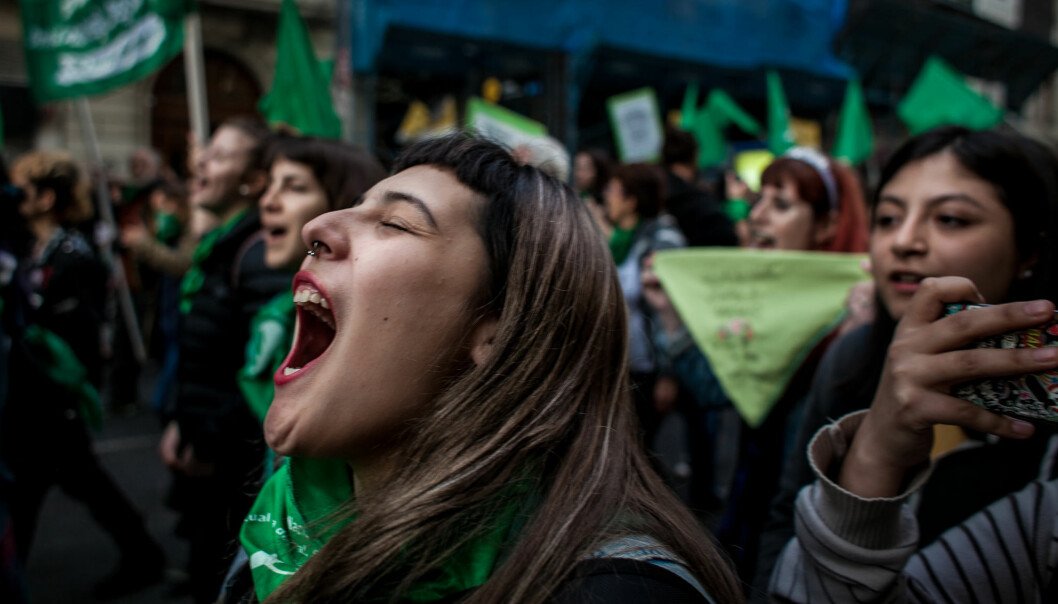 Argentinians have a strong tradition for massive street demonstrations. Here is a woman at a demonstration for legalising elective abortion in 2018. (Photo: Emergentes/Flickr.com)
