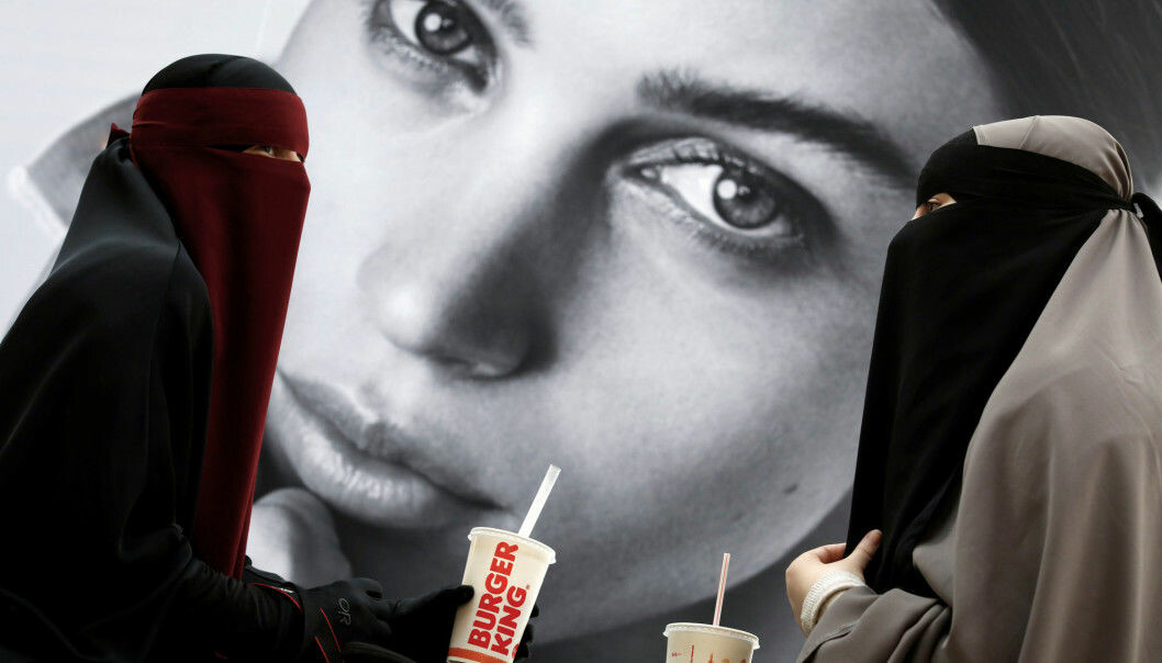 """Ayah (37) and Aisha (18) both wear the niqab. They participate in the""""Kvinder i dialog"""" (Women in Dialogue) group that demonstrated against the new niqab ban in Denmark. (Photo: Andrew Kelly / Reuters / NTB scanpix)"""
