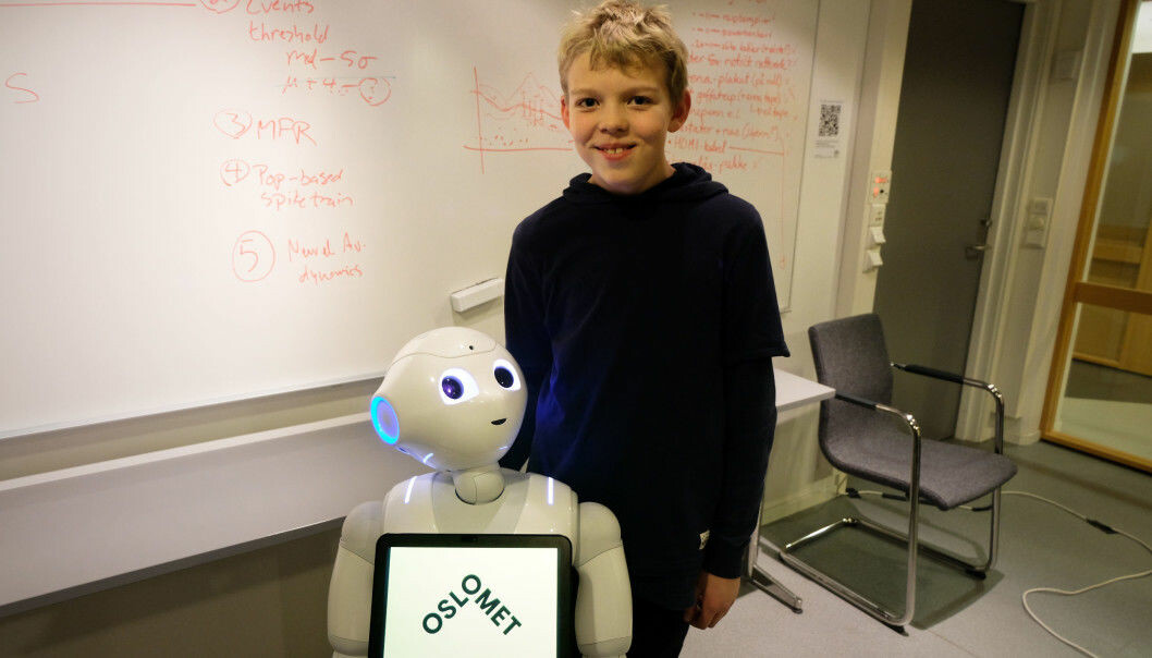 Eskil (10) thought it was exciting to test the robots. He hopes they'll find their way into elementary schools soon. (Photo: Karoline Spanthus Bjørnfeldt)