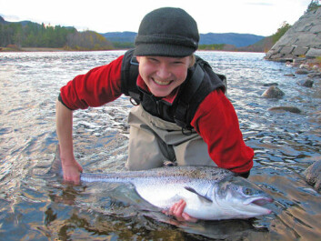 Researcher Elina Halttunen with a fine salmon specimen. Her doctoral thesis shows that veteran spawners are beneficial for stocks. (Photo: Audun Rikardsen)