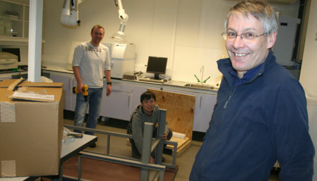 If you are thinking of starting a business in the biotechnology field and lack a laboratory for testing your innovations, you can rent space at a brand new biolab in Norway. Research Manager Erling Sandsdalen (pictured on the right) at the Northern Research Institute (Norut) wishes you welcome. Behind him, from left, researchers Terje Vasskog and Myagmarsuren Sengee are assembling benches and tables. (Photo: Asle Rønning)
