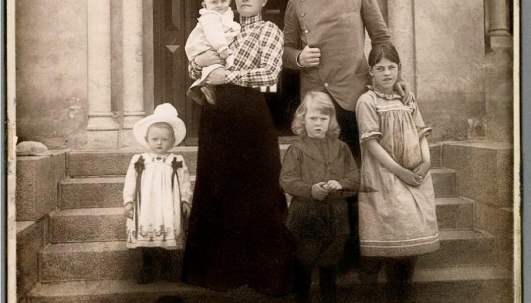 Family portrait in the Nansen family home, Polhøgda, in 1902. From left: Irmelin (1900-1977), Odd (1901-1973) on his arm, Eva Nansen, Kåre (1897-1964), Fridtjof Nansen and Liv (1893-1959). (Photo: L. Szacinski /National Library)