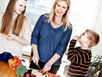 Involving children in food preparation is a good start for a healthy diet, says Elisabeth Lind Melbye, as she makes dinner together with daughter Lea Sofie and son Wiljar. (Photo: Elisabeth Tønnessen/UiS)