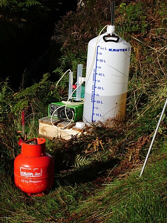Some of the field equipment: Kitchen salt mixed with stream water in the big carboy for estimating the transit time, and propane (in the red gas cylinder) to estimate the gas exchange between the water and the atmosphere. (Photo: NIVA)