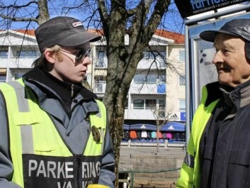 Professor Anders Gustavsson talks to a Swedish police officer called in to deal with the Norwegian exodus to Strømstad on Maundy Thursday 2018. In Norway, Maundy Thursday is part of the extended Easter public holidays.  Starting in 2008, the city's Systembolaget has closed on Maundy Thursday — which is not a public holiday in Sweden — to limit Norwegian drunkenness and rowdiness. (Photo: Marita Adamsson, Strömstad Tidning)