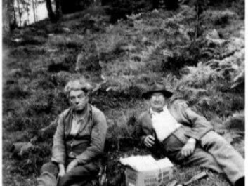 Swedish and Norwegian border residents meet in the woods just after the Second World War to share a nip in the open air. (Photo: Bohusläns museum)
