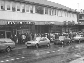 A strike at the Norwegian Vinmonopolet in 1982 lasted 100 days. The photo shows a queue of thirsty Norwegians outside a Swedish Systembolaget in Årjäng on a rainy October day. (Photo: Per Løchen/NTB scanpix)