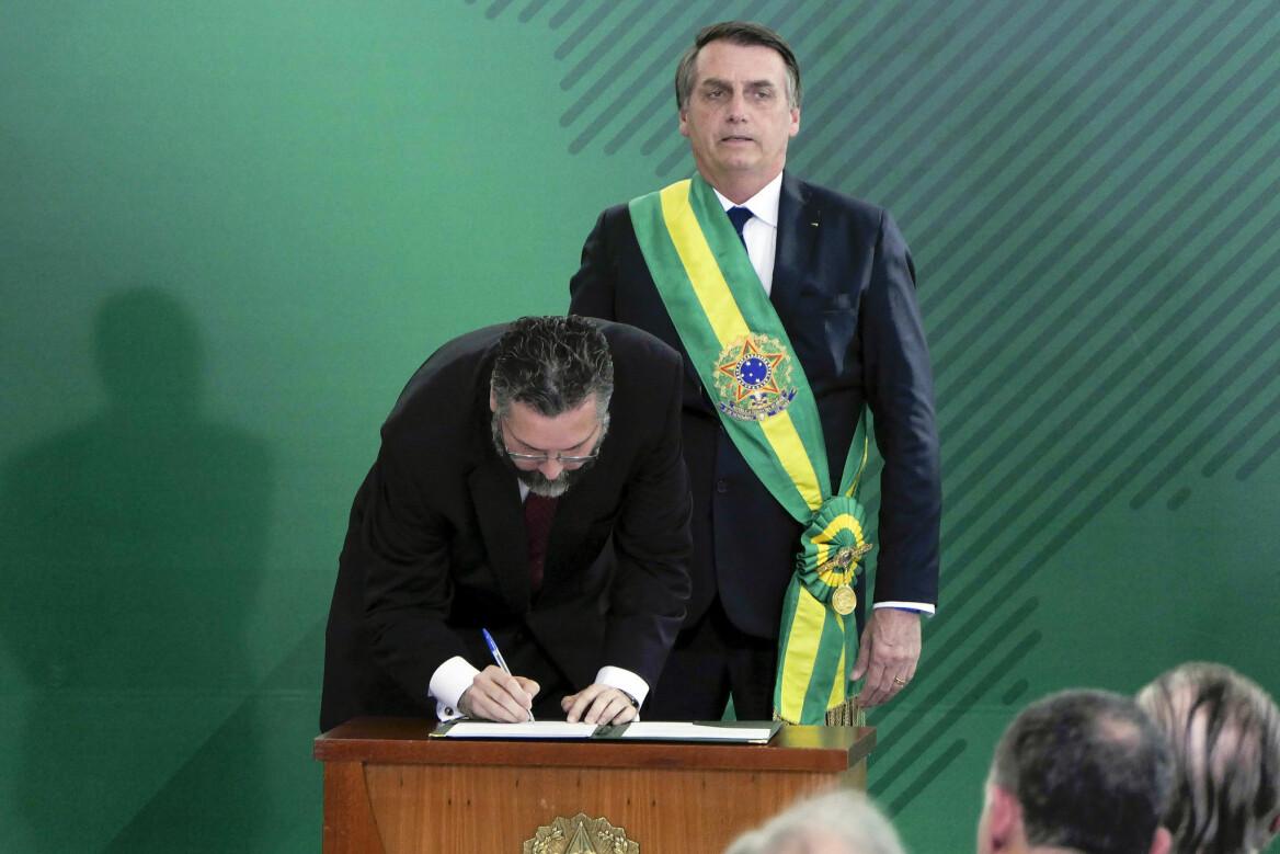 Brazil's foreign minister Ernesto Araújo being sworn in to office by President Bolsonaro (Photo: Roque de Sá/Agência Senado, CC BY 2.0)