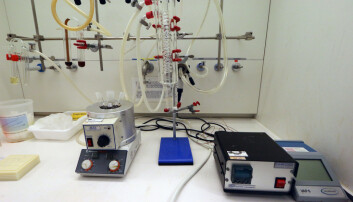 Tools of the trade: a three-necked flask (left) to cook up the solution that makes nanocubes, and a complex piping system that condenses the solution if it evaporates and controls the gas flow during the reaction. (Photo: Nancy Bazilchuk/NTNU)