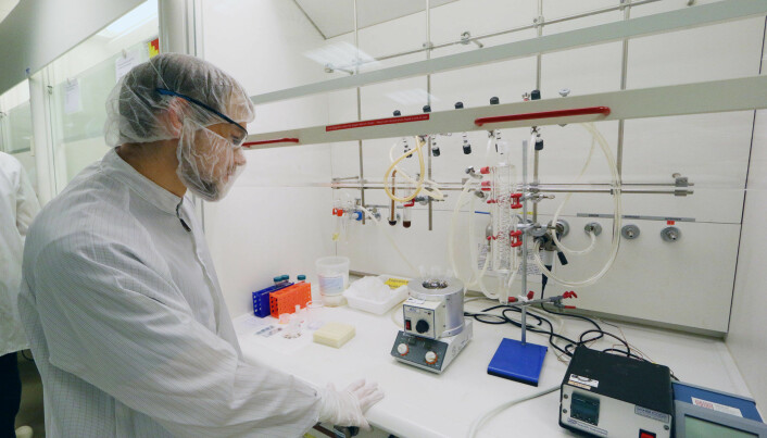 "Verner Håkonsen's ""nano kitchen"", where he cooks up magnetite nanocubes at NTNU's NanoLab. (Photo: Nancy Bazilchuk/NTNU)"