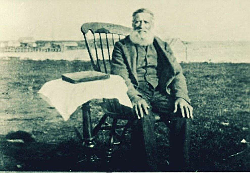 Per Jørstad in the rocking chair in Tsypnavolok around 1930. He had been instrumental in founding the Norwegian village around 1870. The picture is taken at the tail end of the happy time for the Norwegian colonists. Ten years later not one Norwegian was left on the peninsula.