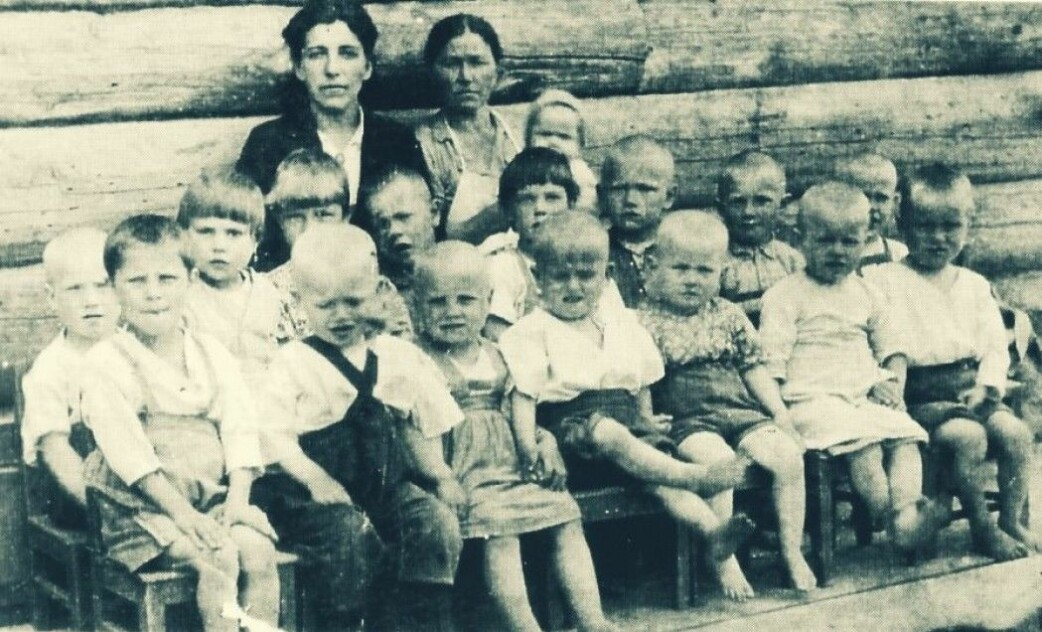 The children from the Norwegian village of Tsypnavolok suffered a lot during the war. Many died of hunger and malnutrition. This picture was taken in Tarza south of Arkhangelsk, where many Norwegians were sent.