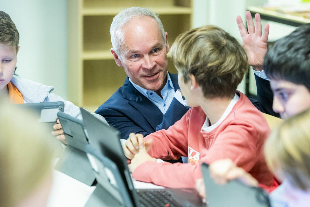 Government bureaucrats and politicians want to know what's working in Norwegian schools. To that end they dedicate significant funding to educational research. But how is that research actually used? In this photo, Minister of Education and Integration Jan Tore Sanner speaks with 7th grade students after announcing new curricula in the school.