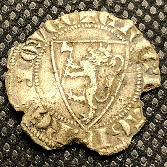 King Eirik Magnusson (1280-1299) designed the Norwegian national coat of arms as we know it today. In keeping with the ideals of the time, the choice fell on something as unoriginal as a lion. King Eirik then put an axe between its paws and a crown on its head. This is a silver coin from Eirik Magnusson's time, found by metal detector hobbyist Roy Søreng on cultivated land in Trøndelag in 2018.