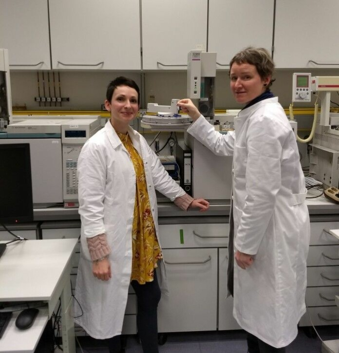 Doreen Kohlbach (NPI) and I insert our first vial with fatty acid extract in a gas chromatograph.
