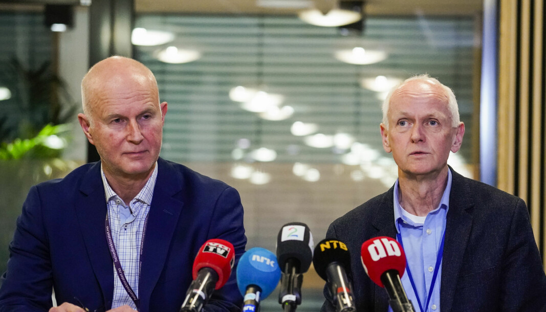 There will be many, many more sick people before this is over, says Geir Bukholm (to the right), executive director of the Norwegian Institute of Public Health's Division of Infection Control and Environmental Health. Photographed here at a press briefing with Bjørn Guldvog (to the left), Director General of the Norwegian directorate of health.
