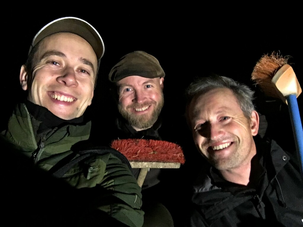 All it took was a smart hypothesis and a few brooms. Together, the three friends – Magnus Tangen, Tormod Fjeld and Lars Ole Klavestad – have discovered hundreds of previously unknown rock carving sites in the Østfold landscape in the last 3-4 years.