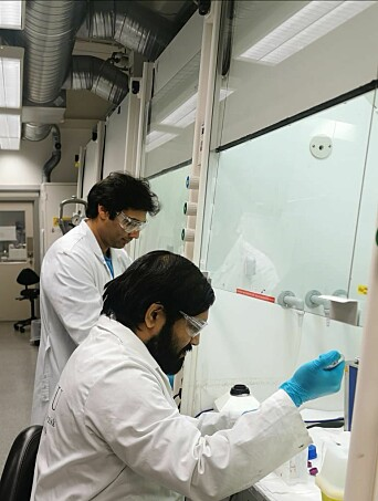Anuvansh Sharma from the Department of Materials Science and Sulalit Bandyopadhyay from the Department of Chemical Engineering in the lab. They and Vegar Ottesen developed the magnetic particles for the test.