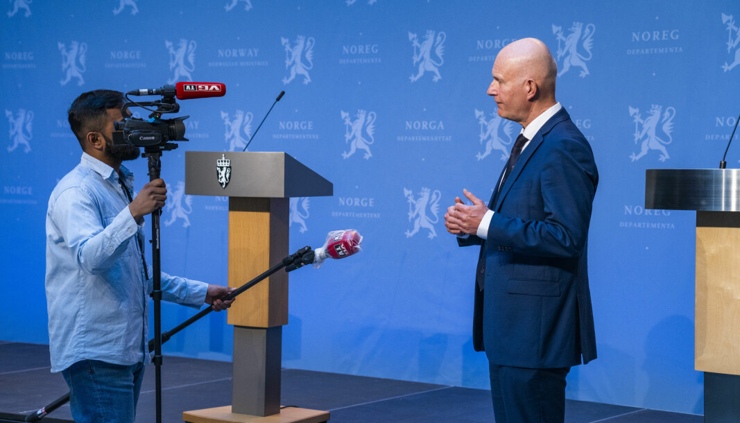 The coronavirus has affected the media picture in recent weeks. The photograph shows a journalist from the national newspaper VG, interviewing Bjørn Guldvog, Director of Health at the Norwegian Directorate of Health, after a daily update on the virus.