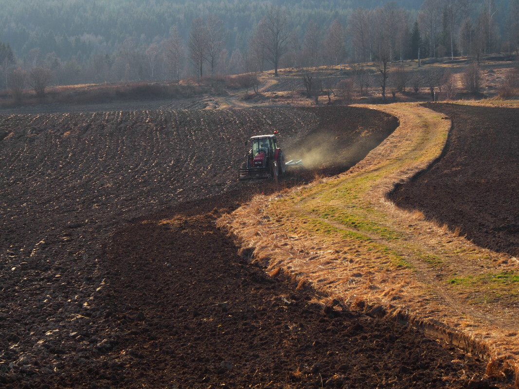A farmer prepares the soil in Maridalen near Oslo for a new season. But what is all this soil actually made of?