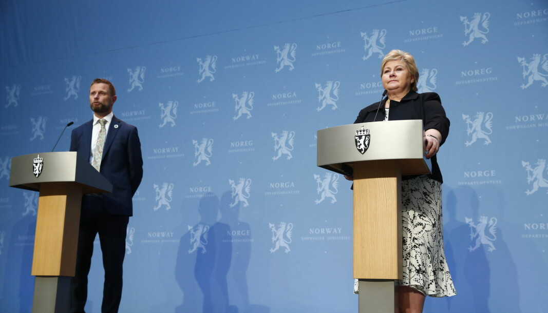 If the Norwegian government had not had two expert reports on their hands, it is unlikely they would have had the necessary cover to act resolutely, writes Emil Flatø. Picture of Minister of Health Bent Høie and Prime Minister Erna Solberg at the daily coronavirus press conferance.