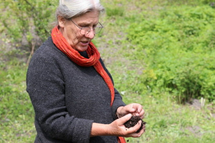 "Linda Jolly uses cow manure in her compost. But it is not so easy to get hold of. Cow manure is the best, she thinks. ""Cows have four stomachs filled with billions of microorganisms. These microorganisms are also important for the soil,"" she says. Composting without manure is perfectly fine too."