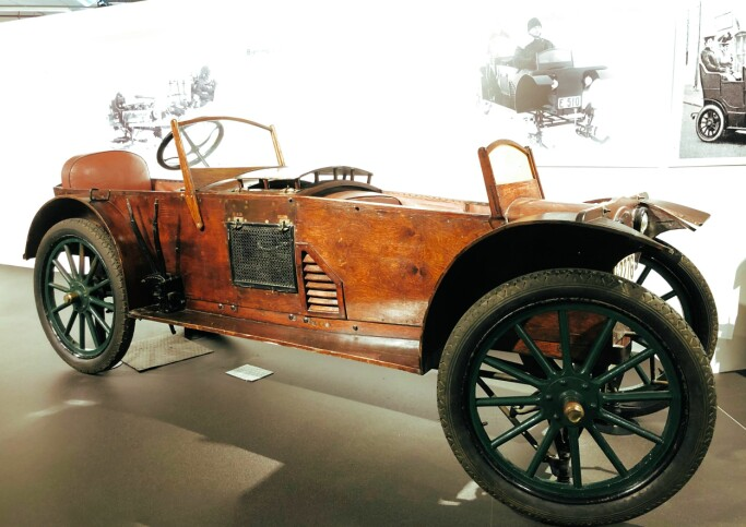 A hundred years ago, the town Gjøvik was a place with many creative industrialists. Six Bjering cars were built, and the first four had a wooden body. The car weighs only 300 kilos, and the engine is positioned between the driver and the passenger. In the winter, the car could be equipped with runners in the front and chains on the rear wheels.