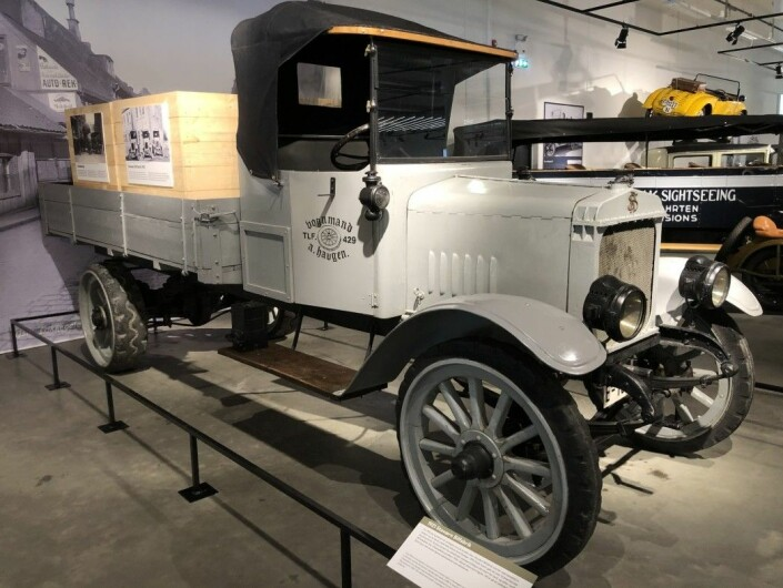 Staværn Bilfabrikk initially focused on electric motors, and the first electric trucks were ready to roll in 1919. But after building ten electric trucks, the battery was determined to be too large and heavy, and the company switched to gasoline engines. About 40 trucks were produced in Stavern before the factory gave up due to fierce competition from foreign mass production. This car was stored in a garage in the city of Sandefjord for 40 years and is the only existing Staværn truck known today.