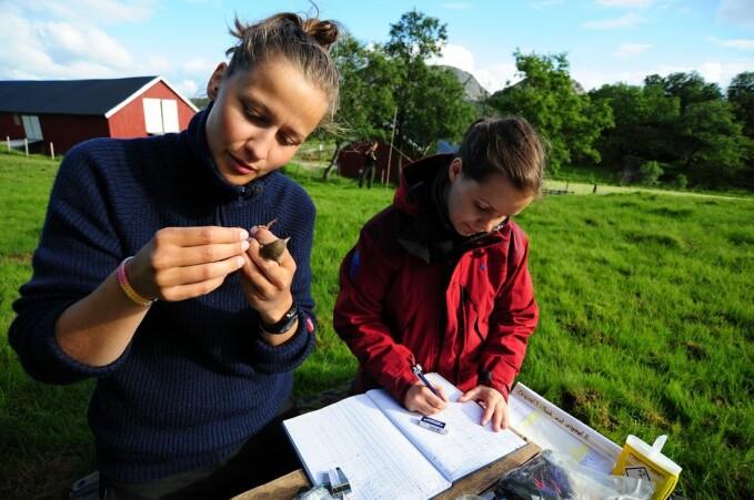 Masterstudents Malene Vågen and Marlene Wæge Stubberud out in the field.