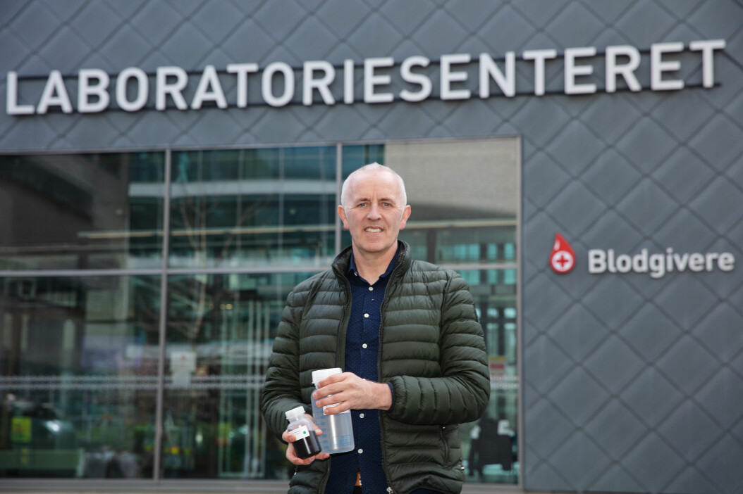 A team of researchers at the Norwegian University of Science and Technology (NTNU) has found a combination of medicines they believe may have an effect on COVID-19. Professor Magnar Bjørås from the Department of Clinical and Molecular Medicine has tried to contact research groups that could conceivably take their discovery further, but this has proven to be difficult. Bjørås is also at the forefront of the work of developing a Norwegian COVID-19 test that been shown to be more sensitive than commercial varieties. The photos shows him holding a test kit that contains enough material for 10,000 tests.