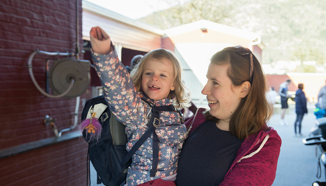 More than 90 per cent of the kindergarten employees surveyed in a study say they would recommend their kindergarten as a place of work to others. Pictured here is employee Nina Sry welcoming children back to a kindergarten in Bergen after the corona-lockdown in March and April 2020.