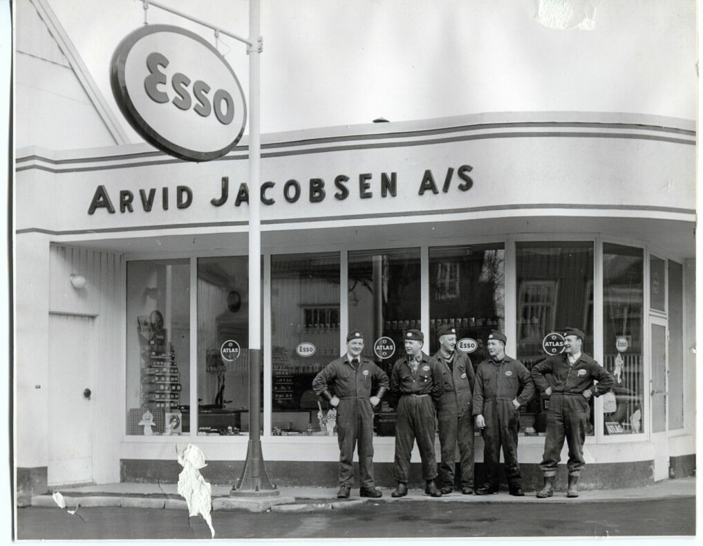 Proud petrol station employees in Trondheim. The owner of the station, Arvid Jacobsen, is at the far left.