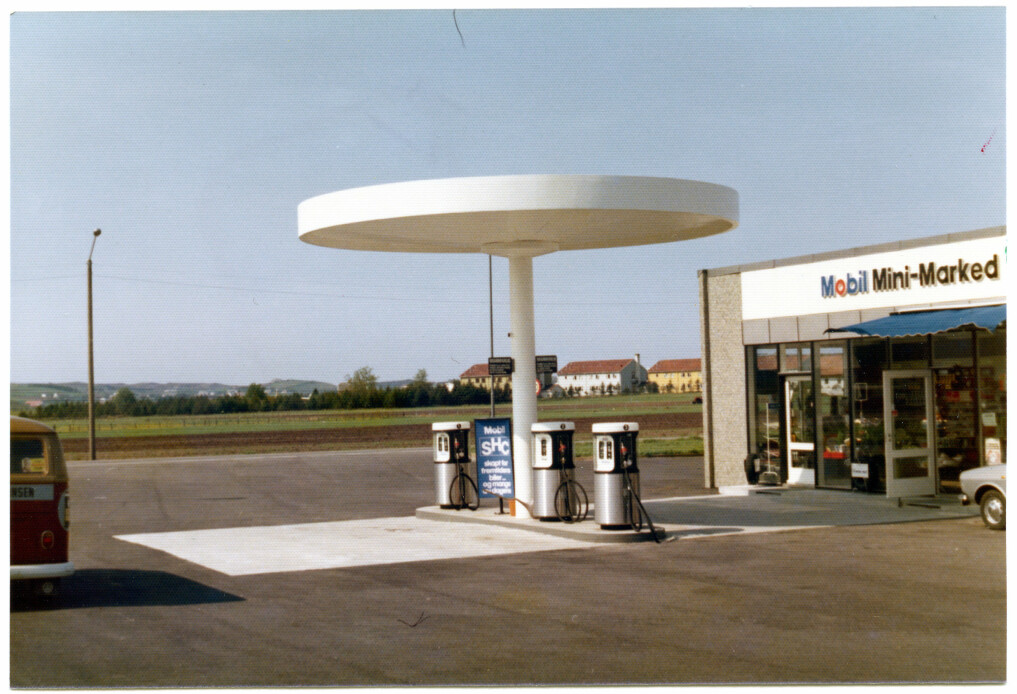 Mobil station in Sola, in Rogaland Country. This is what a petrol station might look like in the 1970s and 1980s. The design outside still adheres to the carefully crafted corporate style, while inside the petrol station has become more of a kiosk with many items.