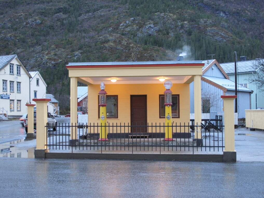 This Shell station in Mosjøen is the oldest original petrol station in Nordland. It is protected by the Norwegian Directorate for Cultural Heritage. The station dates from the 1930s, when neoclassic styles with Greek columns had been replaced by more modern functionalism. The Mosjøen station is built in a typical simple functional style.