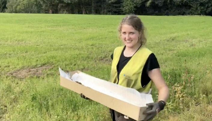 Astrid Kviseth carefully carries the sword away from the site. Now it will be investigated further.