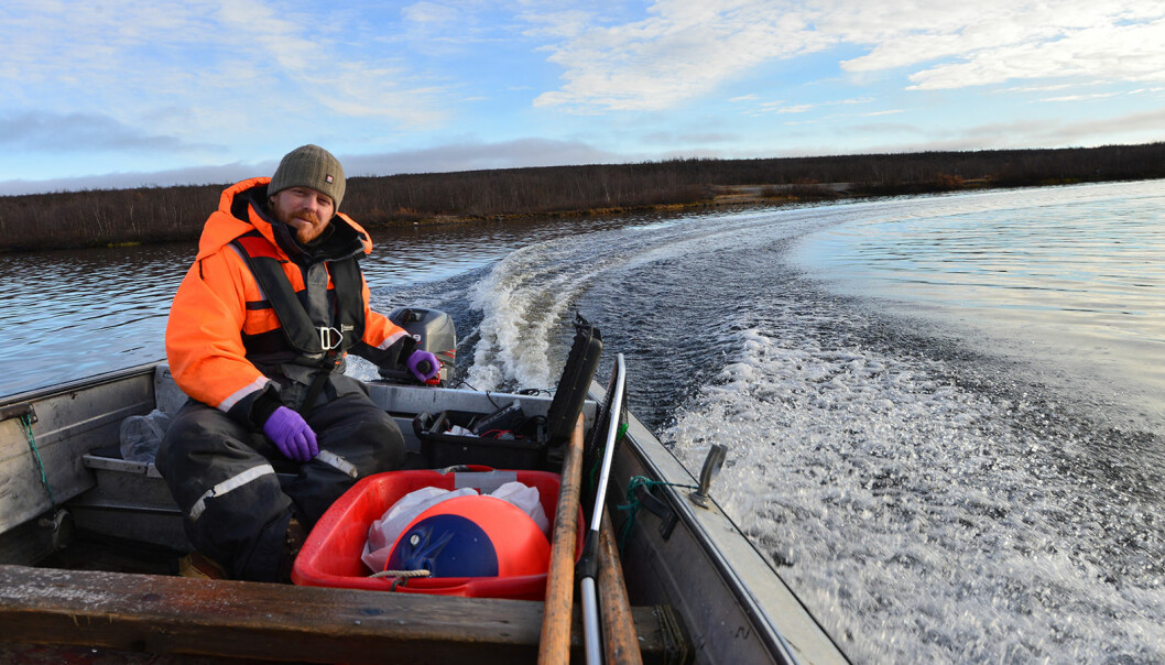 Kim Præbel, professor at UiT, boating on Tinnsjøen. Will he find the little fish he saw in the documentary?