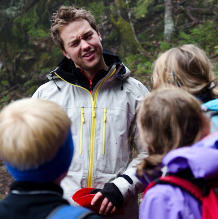 PE student teacher Hallgeir Martinsen from the NIH on a forest walk with a class from Lommedalen school.