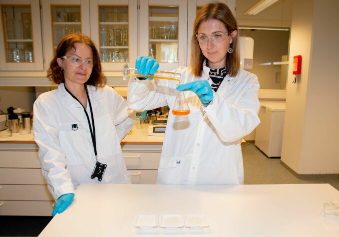 Research scientists Revilija Mozuraityte and Rasa Slizyte in the SINTEF lab, where they analyse oils, gelatin, and taste-neutral proteins derived from the rest raw materials left after salmon filleting.