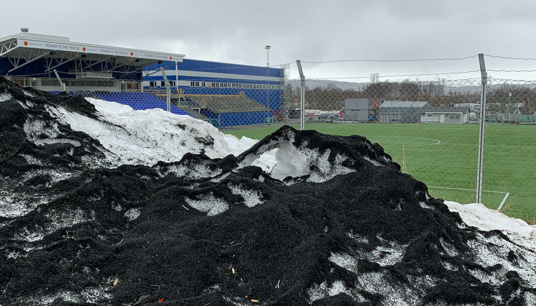 Every year, large quantities of rubber granules from artificial turf fields are washed into the sea. It is not good for the environment, according to a research group at the Fram Centre.